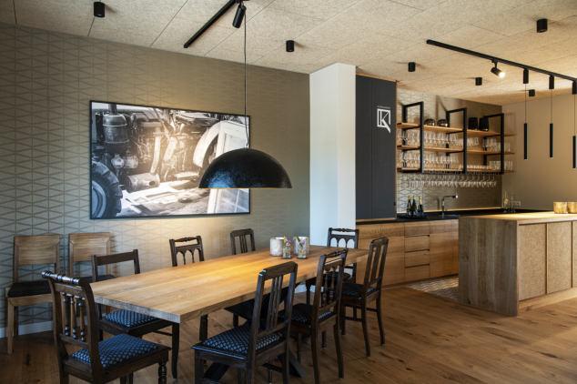 Viel Holz und Stahl, modern, gemütlich und nicht abgehoben: So präsentiert sich der Gastraum.