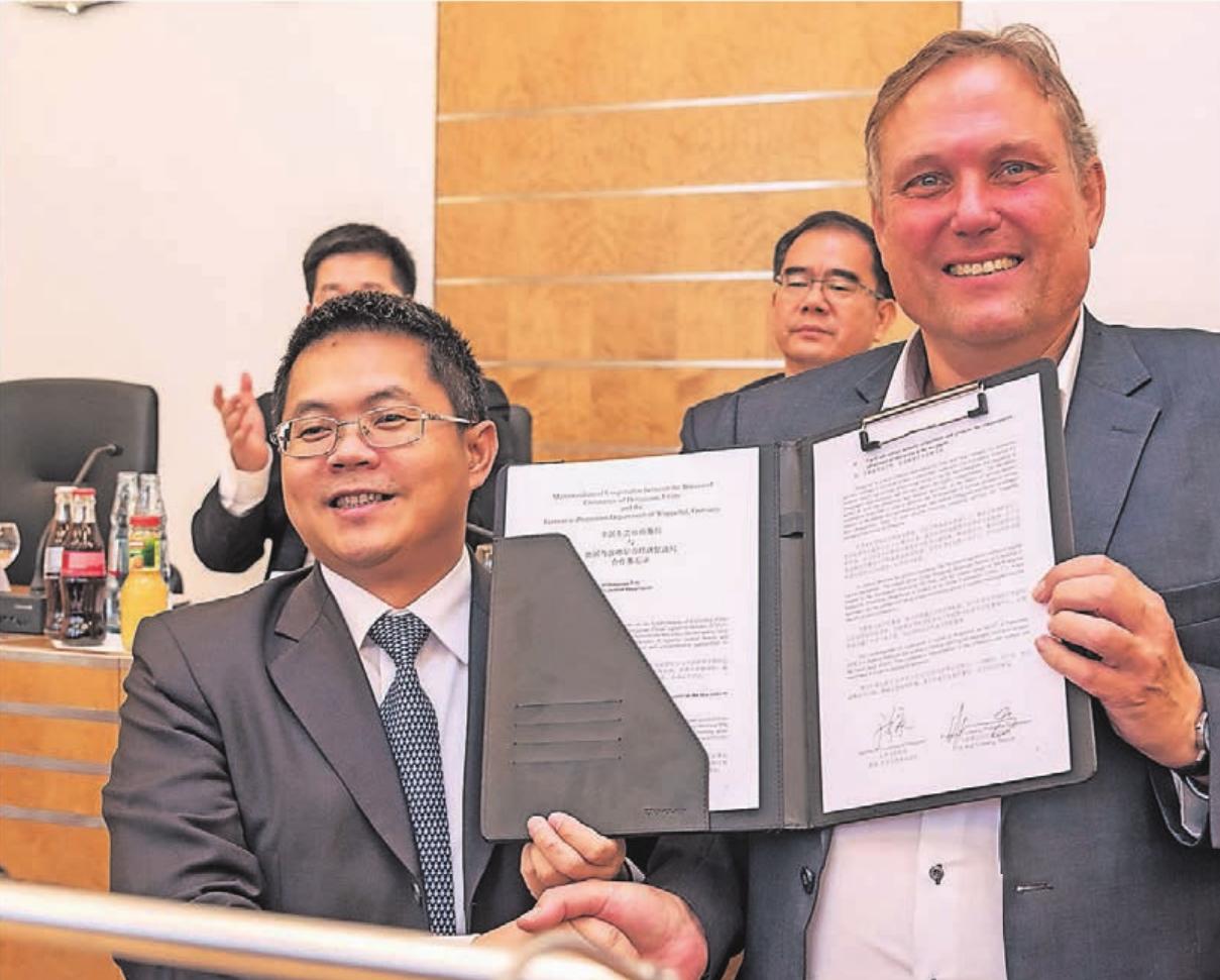 Die Wuppertaler Wirtschaftsförderung hat im vergangenen Jahr ein Kooperationsabkommen mit Dongguan geschlossen. Hier Dr. Cai vom dortigen Gewerbeamt sowie Dr. Rolf Volmerig, Leiter der Wuppertaler Wirtschaftsförderung