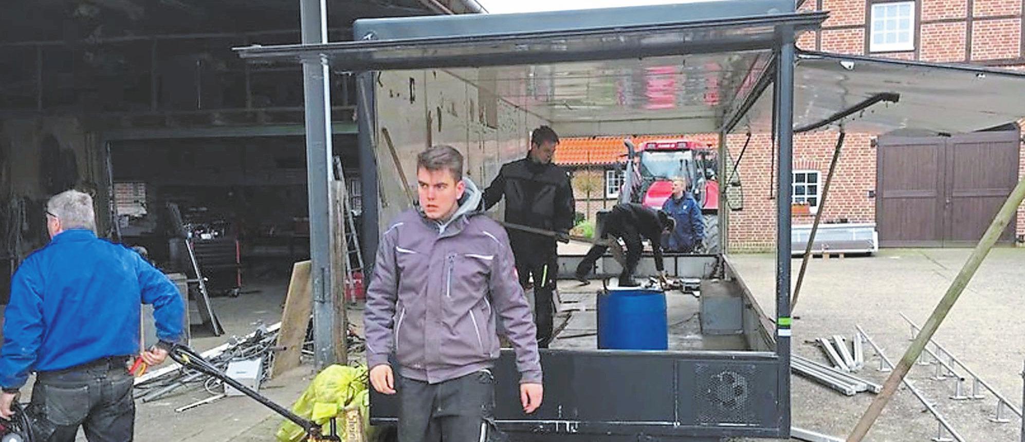 In über 200 Arbeitsstunden haben die Schützen einen alten Marktwagen in einen mobilen Schießstand verwandelt. Diesen wollen sie nicht nur selber nutzen, sondern auch verleihen. Foto: St. Sebastian Schützen