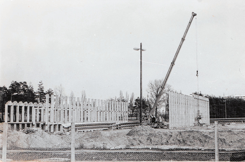 Im Frühjahr 1976 begannen die Bauarbeiten für die Volksschwimmhalle auf der Insel.