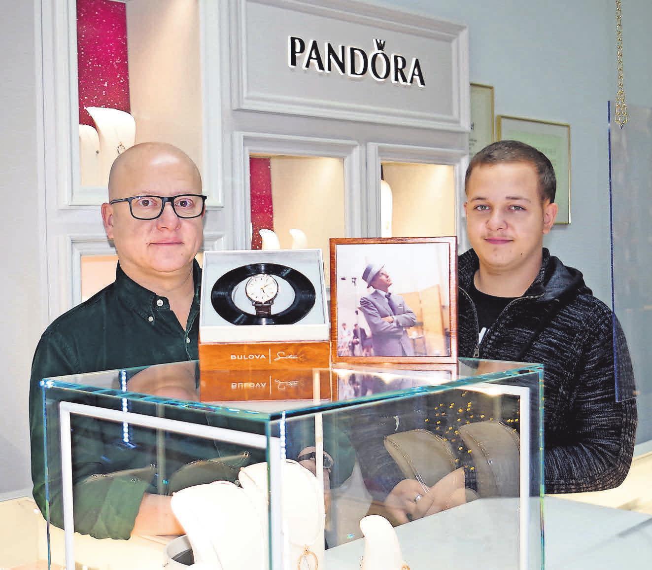 Michael (links) und Daniel Graeber bieten passende Schmuckstücke zum Valentinstag in den Filialen in Isernhagen und im Einkaufszentrum Klein-Buchholz an.