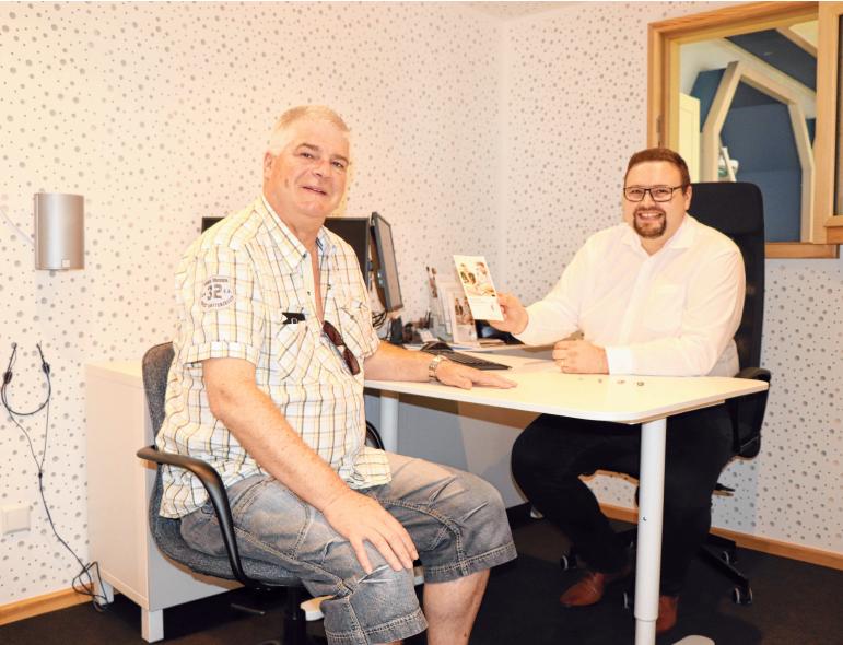 Hörakustik-Meister Jonas Pabst führt ein Kundengespräch im schallgedämmten Raum. FOTOS: NICOLE MÖLLENBROCK