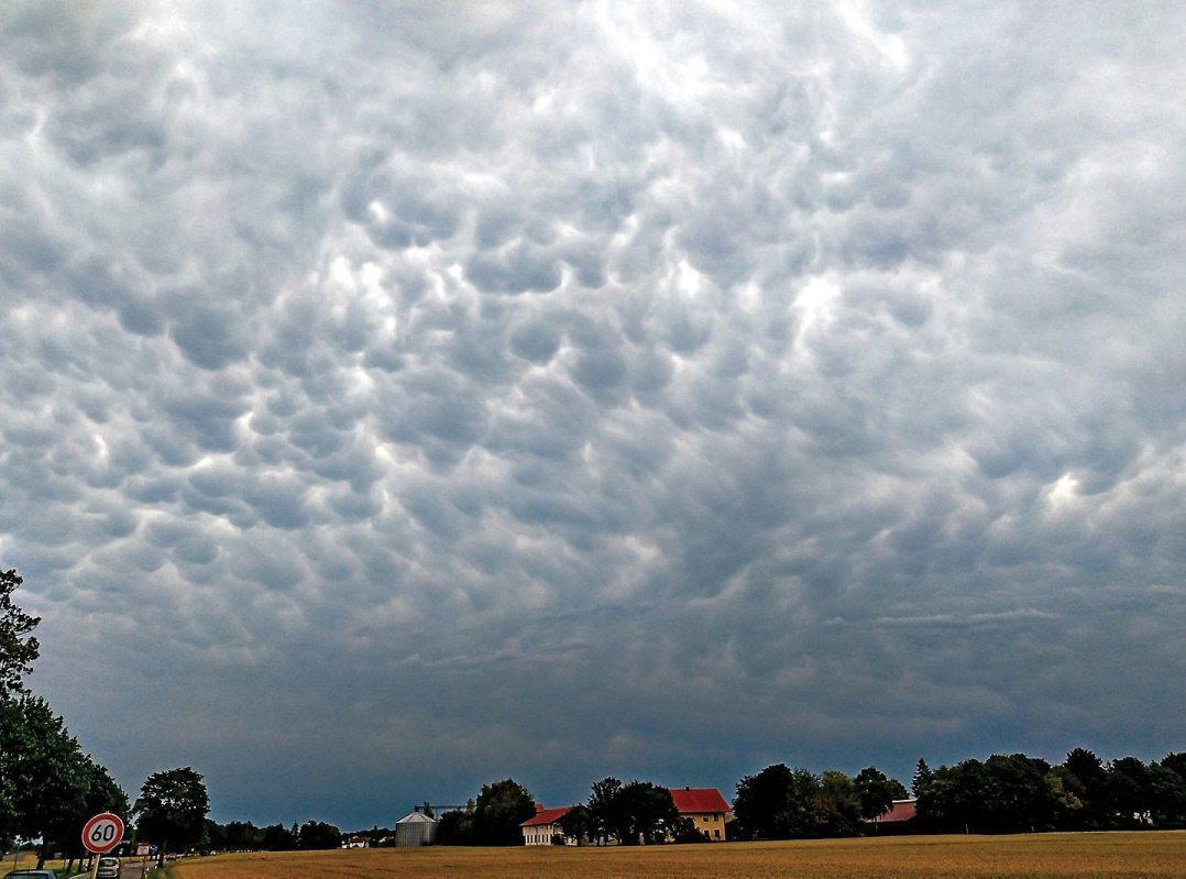 Das nächste Unwetter kommt sicher. Aber wie sicher ist das Dach davor? Bild: Dachdeckerhandwerk BW