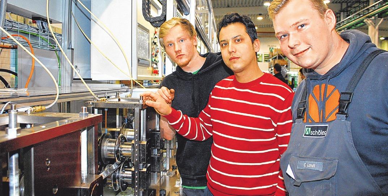 Die Auszubildenden Kevin Grevesmühl, Hamid Khavari und Christoph Landt an einer Rohrschweißmaschine (v.li.).FOTO: THA