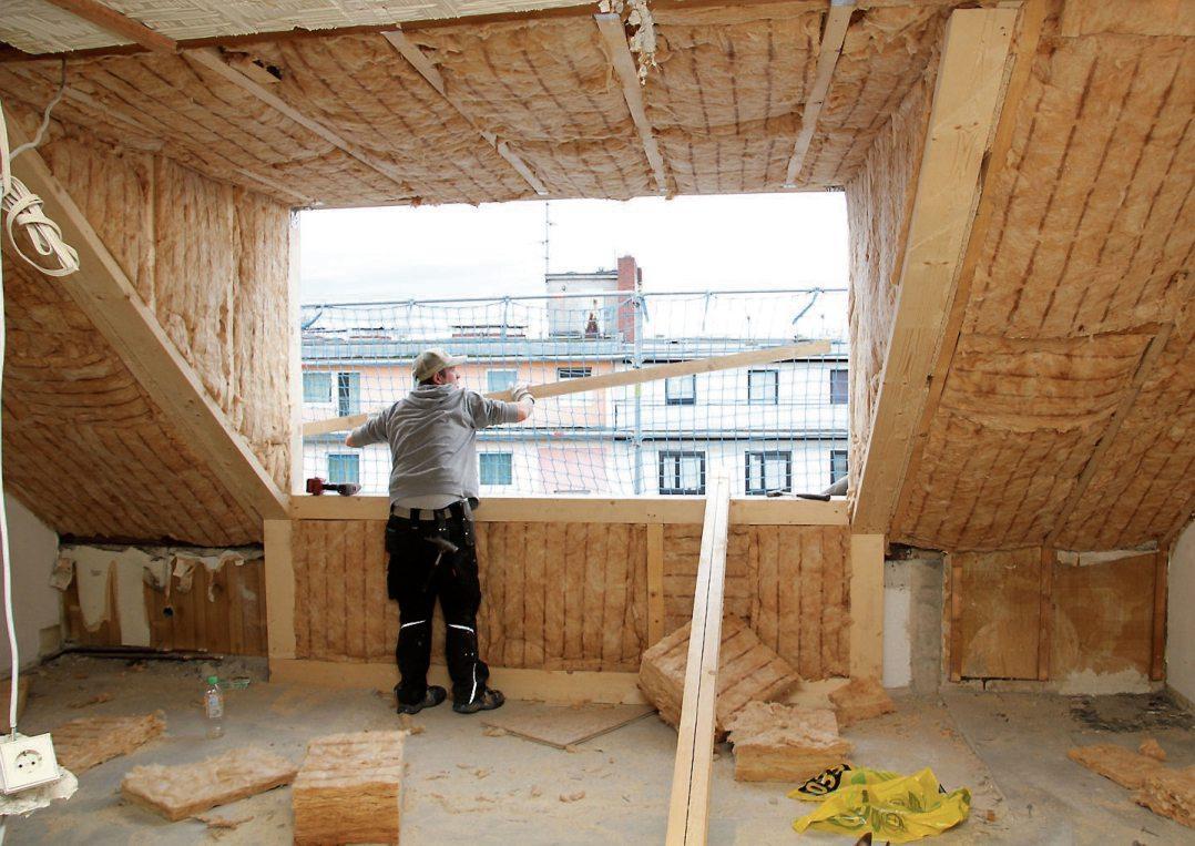 Mehr Platz unterm Dach schaffen: Die Profis aus dem Zimmerer- und Dachdeckerhandwerk beraten zu Aus- und Umbaumöglichkeiten. Bild: djd/Gesamtverband Deutscher Holzhandel