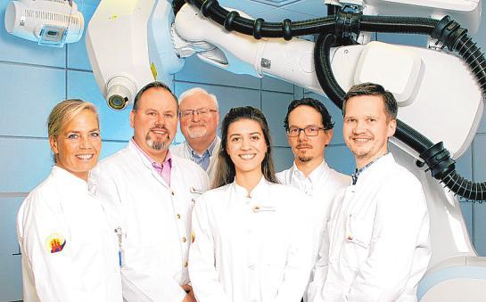 Privatdozent Dr. med. Fabian Fehlauer mit seinem fast kompletten Ärzteteam