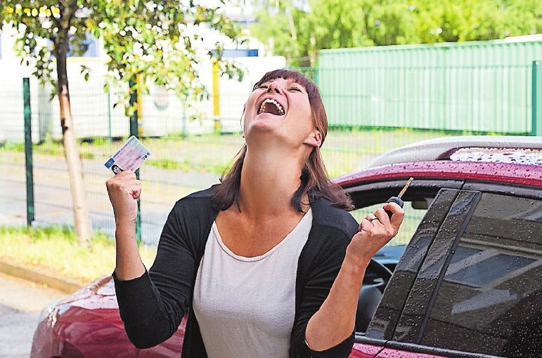 Die Führerscheinprüfung ist bestanden: Der Jubel kennt keine Grenzen. FOTO: STOCK.ADOBE.COM/SENTELLO
