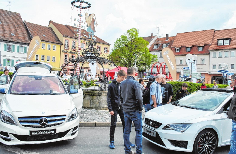 Ansässige Autofirmen präsentieren die neuesten Modelle ihres Fabrikates auf dem Marktplatz. FOTOS: REGINA VOSSENKAUL