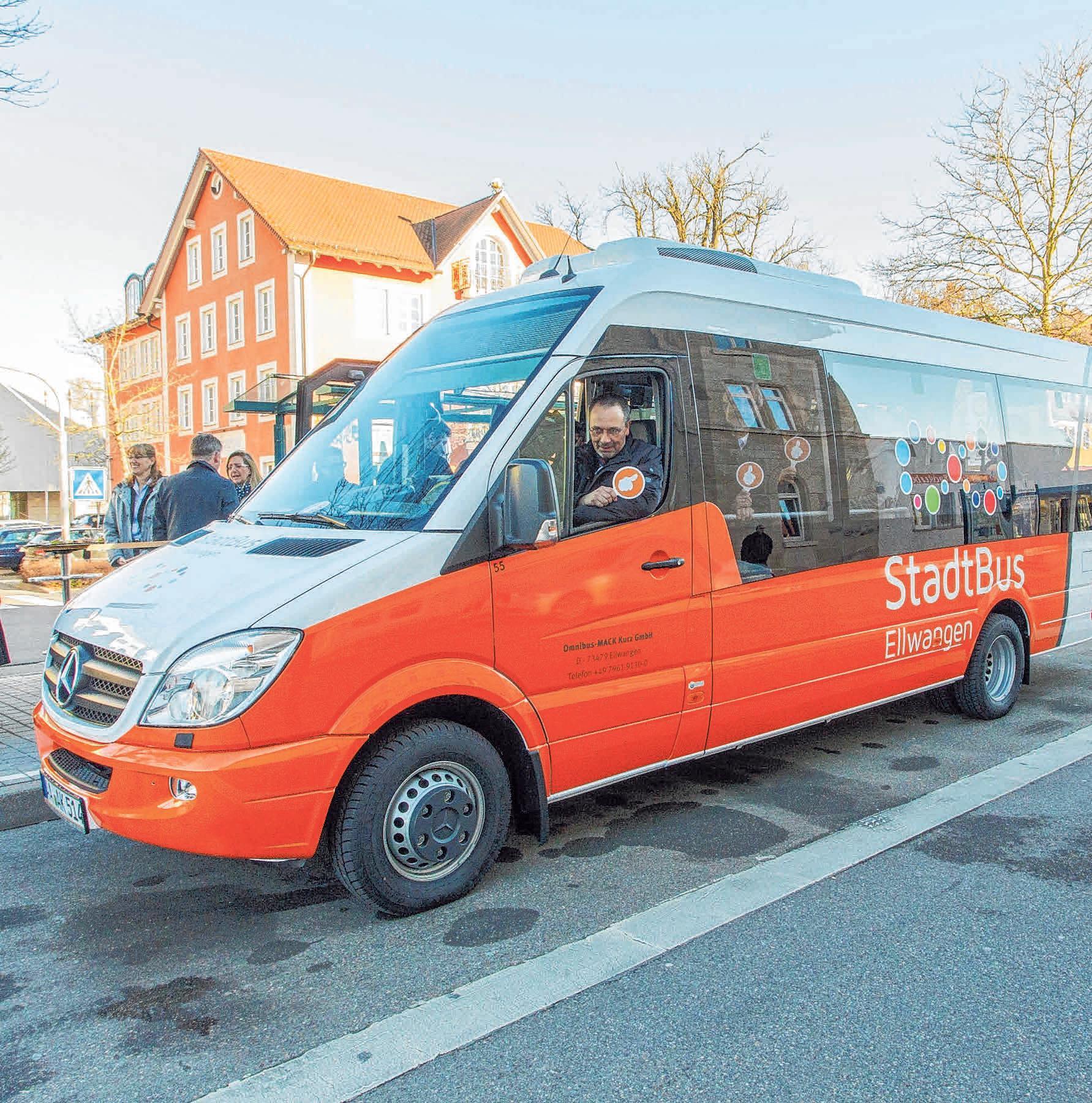 Der Stadtbus fährt zum Markt.