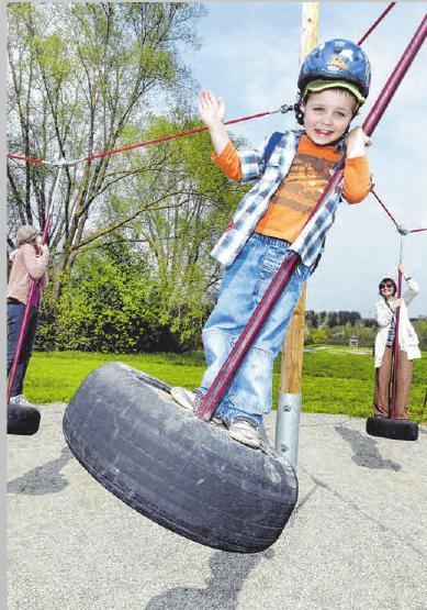Die Kinder haben Spaß auf dem Schaukelweg. ARCHIVFOTO: THW