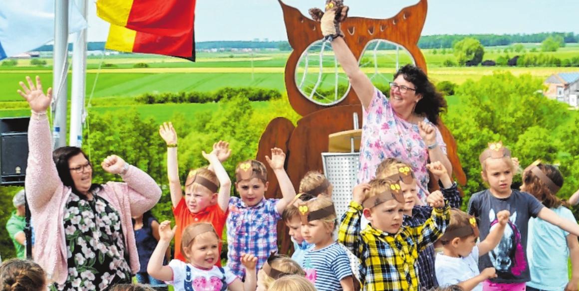 Rund um die neu aufgestellte Eule am Eulenberg führen die Wege beim Zeilitzheimer Weinwandertag. Das Monument in idyllischer Umgebung gefällt den Kindern. FOTO: LAURA DORSCH
