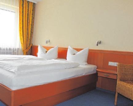 Vom Wohnzimmer aus gelangt man in eine kleine, gut ausgestattete Küche. Nebenan befindet sich ein separates Schlafzimmer mit einem weiteren Balkon und Zugang zum Bad.