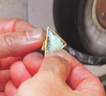 In der Goldschmiedewerkstatt werden eigene Kreationen gefertigt sowie Reparaturen und Umarbeitungen vorgenommen.