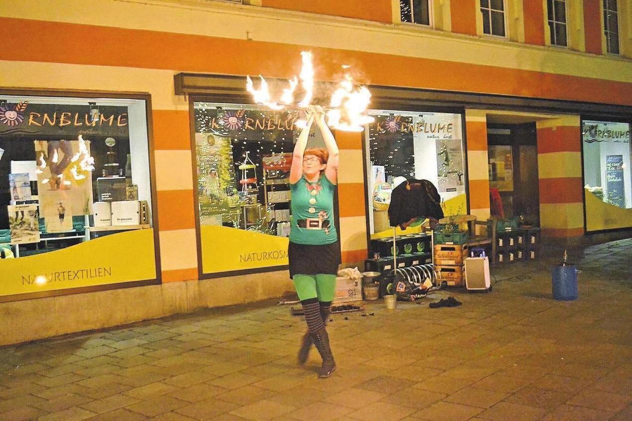 Auch das war Advent in Selb: Vor dem größten mit Porzellan geschmücktem Baum gab es eine Feuershow.