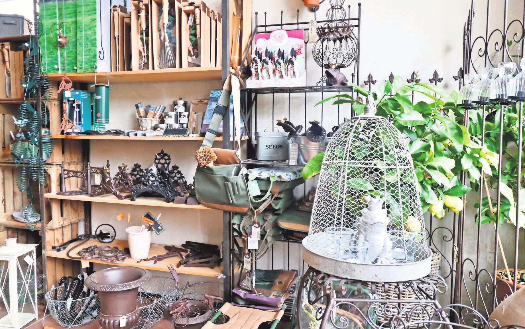 Mit den Gartenwerkzeugen, Rankhilfen und wunderschönen Accessoires für Terrasse und Beet von Home & Garden kann der Sommer kommen