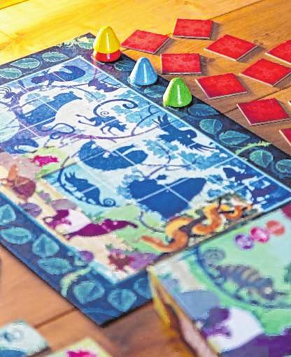 """Bei """"Puzzle Memo"""" müssen Mitspieler ein Bild mit kleinen Memorykärtchen zusammenpuzzeln – wer eines der Tiere auf dem Bild mit seinem Kärtchen komplettiert, darf seine Figur vorrücken. BILD: DREI HASEN IN DER ABENDSONNE/DPA-TMN"""