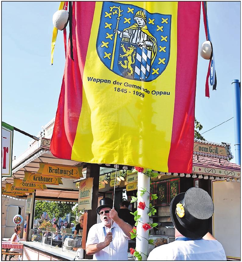 Wird auch 2019 zur Kerweeröffnung am Samstag gehisst: die Oppauer Fahne.FOTO: SCHENK