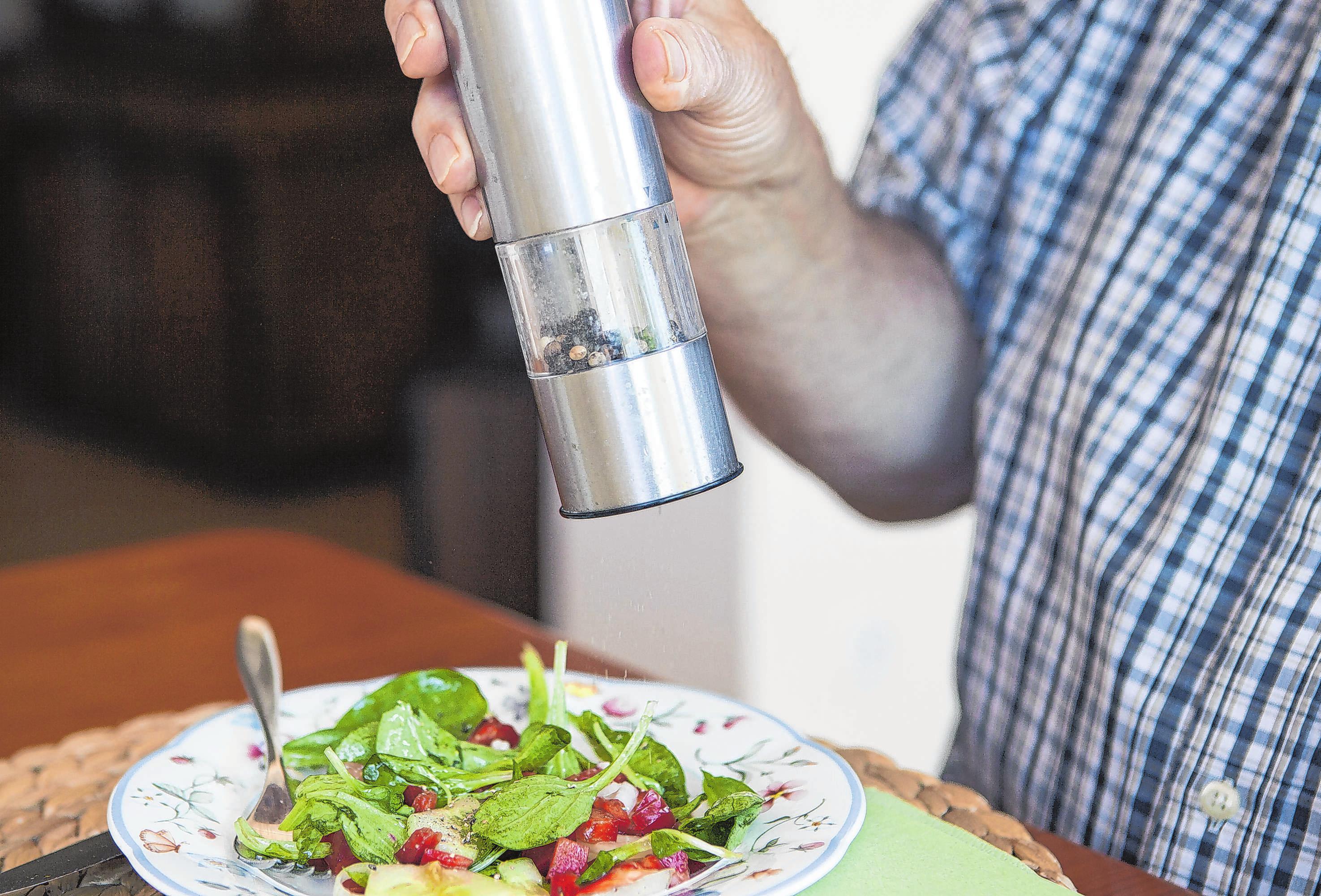 Der Geruchs- und Geschmacksinn kann sich mit dem Alter ändern. Folglich muss auf das Würzen von Speisen mehr Acht gegeben werden. Foto: Silvia Marks/dpa-maga