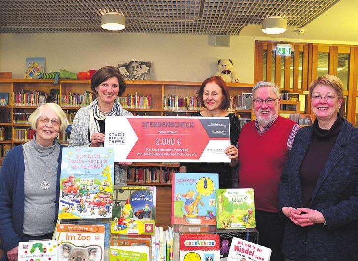 Bücher im Wert von 2.000 Euro spendete die Bibliotheksgesellschaft an die Kinder und Jugendbücherei im Aalto-Kulturhaus.