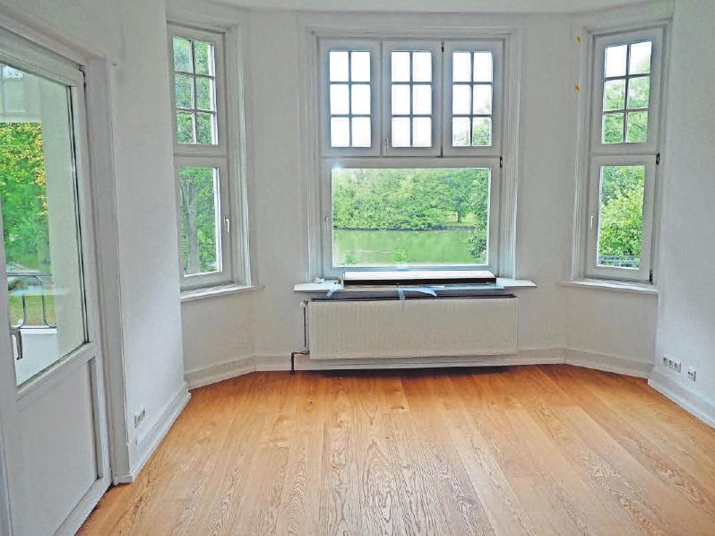 """In einer Travemünder Wohnung hat die Firma """"Die Holzwürmer"""" Eichenparkett verlegt. Foto: Helge Normann"""