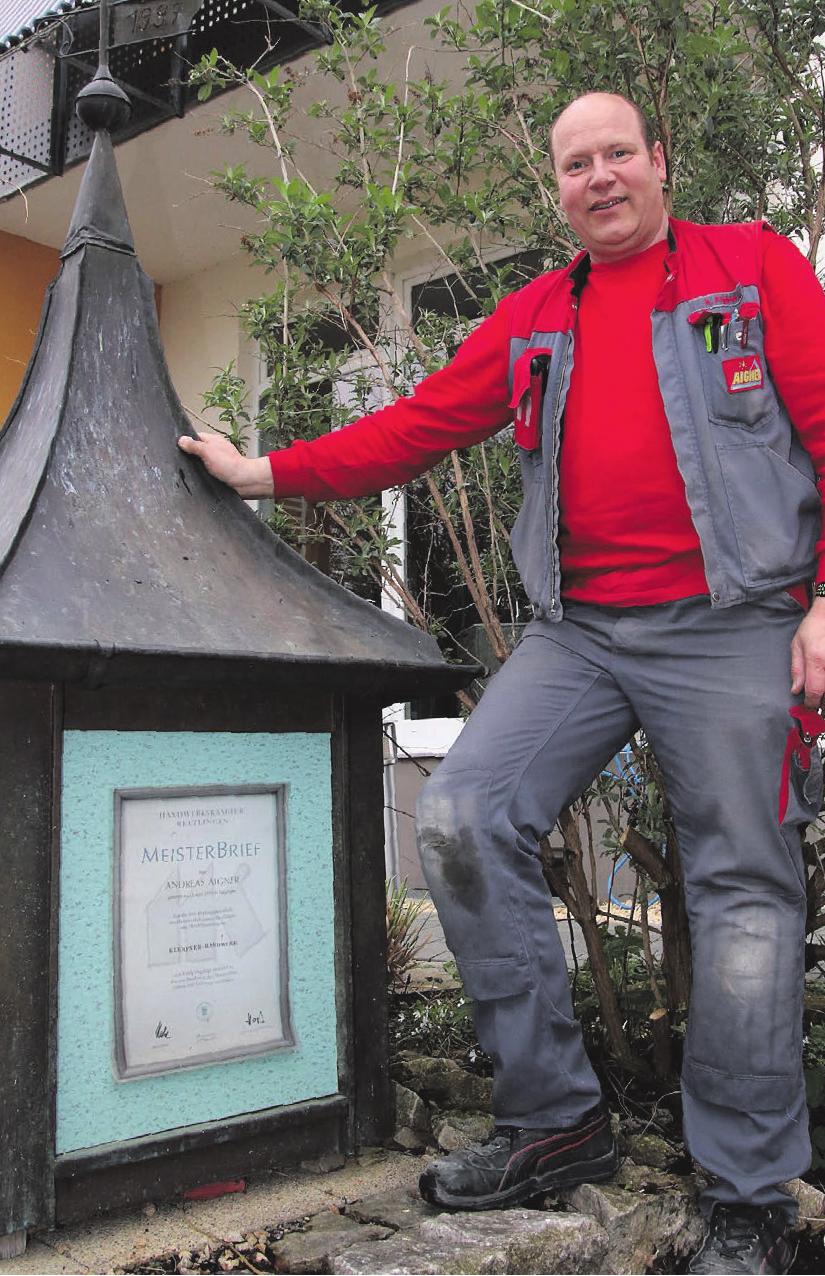 Flaschnermeister Andreas Aigner vor seinem Meisterstück, das auf dem Firmengelände steht. Fotos: Axel Raisch