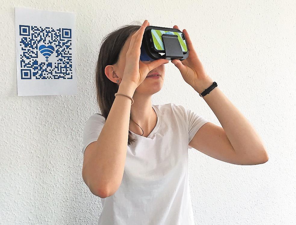 """""""ArtCaching"""" – die Jagd auf Kunst – hat KL.digital bei der Langen Nacht der Kultur in Kaiserslautern präsentiert. Mit einer Art 3D-Brille konnten virtuelle kulturelle Ausflüge unternommen werden, wie Lara Kahl von KL.digital zeigt. FOTO: KL.DIGITAL/FREI"""