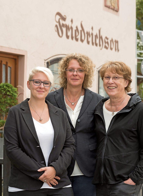 Sie haben alles fest im Griff: Stephanie Friedrichson, Petra Friedrichson und Anni Friedrichson (v.li.n.re.); drei Generationen – aber einmal gebündeltes Fachwissen.