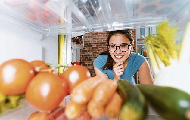 Was koche ich heute? Die Frage ist leicht beantwortet, wenn der Kühlschrank mit frischen, regionalen Zutaten gefüllt ist. FOTO:DJD/JENTSCHURA INTERNATIONAL/GETTY