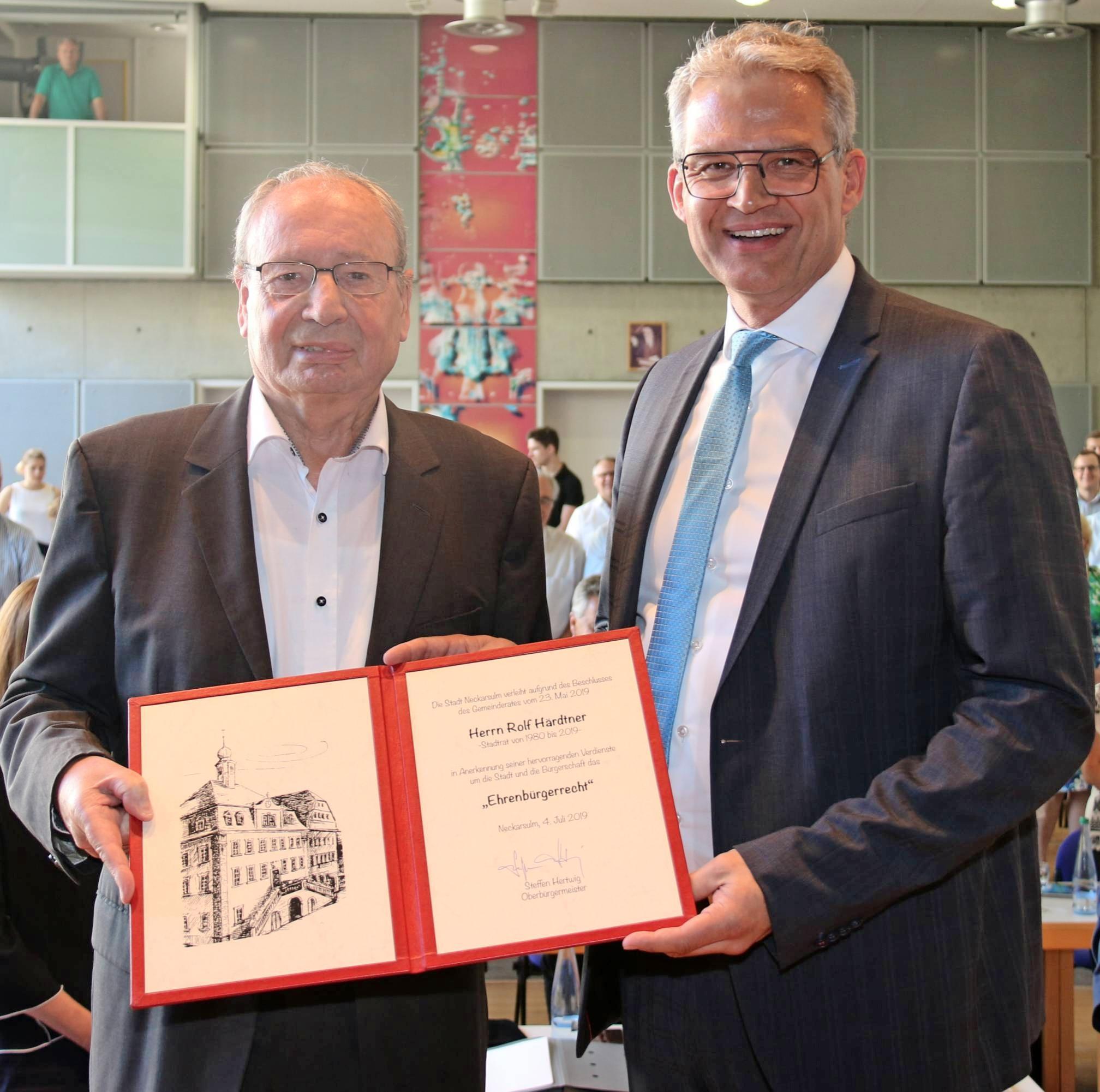 Der scheidende SPD-Stadtrat Rolf Härdtner (links) nimmt aus den Händen von Oberbürgermeister Steffen Hertwig den Ehrenbürgerbrief entgegen. Foto: snp