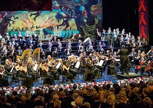 Wenn das Orchester der Deutschen Oper Berlin spielt, ist die Bühne opulent dekoriert. FOTO: MARCUS LIEBERENZ/BILDBUEHNE