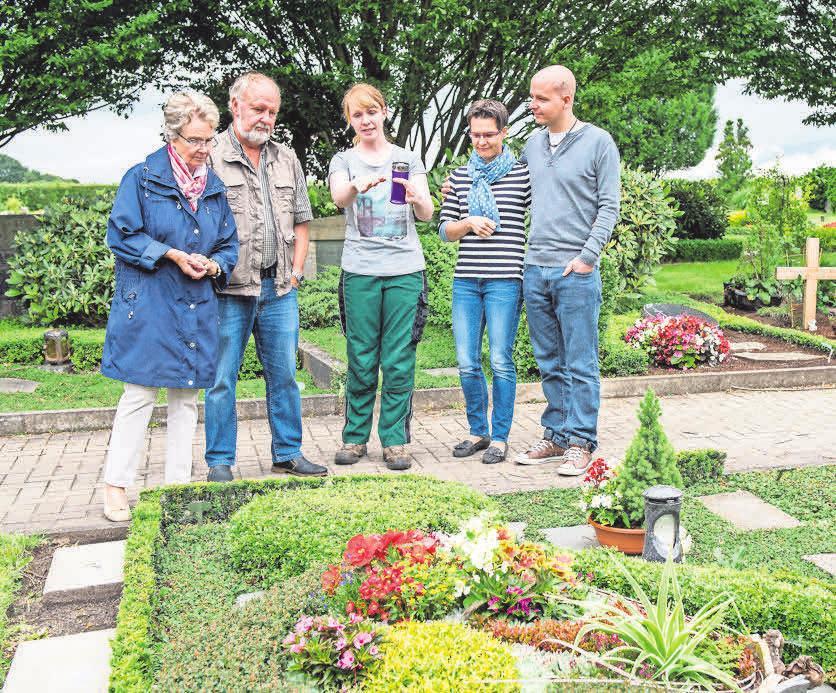 Die Grabbepflanzung gehört zu den wichtigsten Leistungen von Friedhofsgärtnern. Foto: Gesellschaft deutscher Friedhofsgärtner/Caroline Seidel