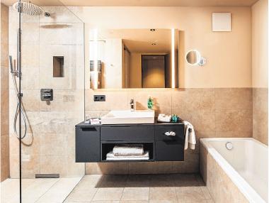 Die Badezimmer sind mit hochwertigen Materialien und elegantem Design ausgestattet.