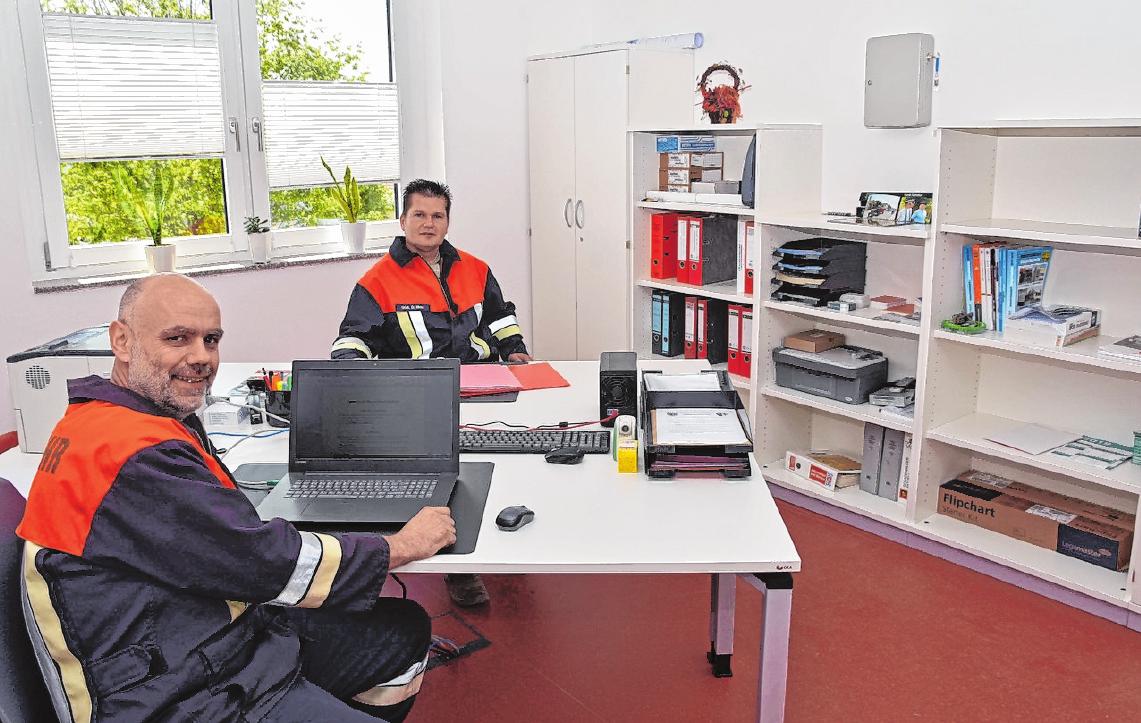 Das Kommandantenbüro wurde vom Feuerwehrverein eingerichtet. Im Bild der Vorsitzende des Feuerwehrvereins, Alexander Mahr (links), und der 1. Kommandant der Wehr, Dominik Mroz. FOTO: ULRIKE LANGER