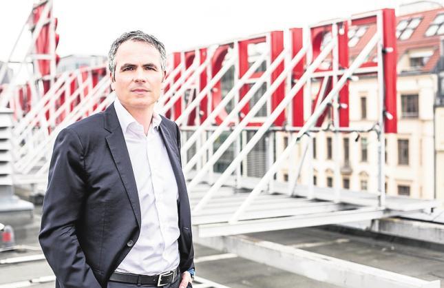 Intendant Berndt Schmidt auf dem Dach des Friedrichstadt-Palastes. FOTO: PATRICK GUTSCHE