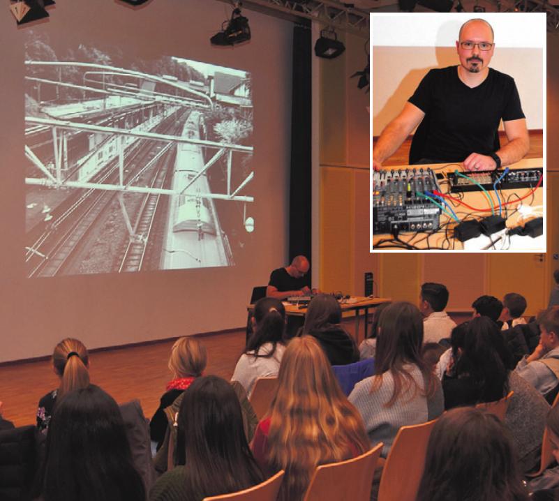 """Klangkünstler Sebastian Pralle (kl. Foto) war zu Gast im Albert-Schweitzer-Gymnasium und stellte sein Werk """"Sora"""" vor (gr. Foto).tte"""