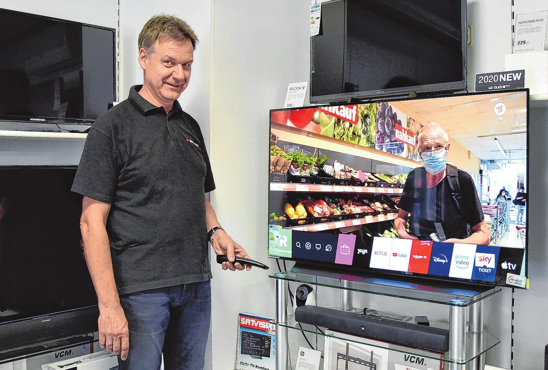 Dirk Mahrenholz präsentiert dieser Tage stolz in seinem Elektrofachmarkt eine Weltneuheit, den 48'' - 2020 LG OLED TV.