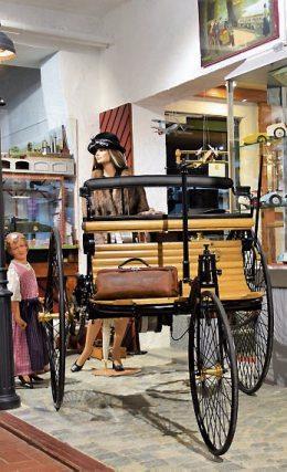Ein Teil deutscher Geschichte ist gleich im Eingangsbereich: das erste, von Carl Benz 1885 entwickelte Automobil, mit dem seine Frau an einem Augusttag 1888 ohne Wissen ihres Mannes zur ersten Fernfahrt der Automobilgeschichte aufbricht
