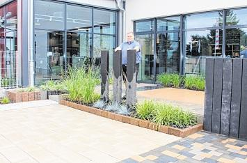 Neben dem Eingangsbereich befindet sich der Ideengarten. Hier kann man sich Anregungen für die Gestaltung von Terrassen holen. Thomas Ganz ist der Ansprechpartner.