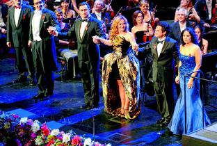 2013 ChordirektorWilliam Spaulding und die Solisten Adam Plachetka, Simone Kermes, Alexander Tsymbalyuk, Atalla Ayan, Sonya Yoncheva (v.l.n.r.) beim Schlussapplaus. PA/EVA OERTWIG/SCHROEWIG