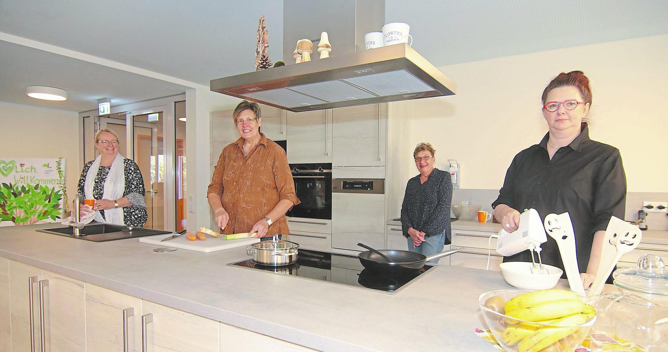 Die Mitarbeiterinnen Sabine Holzkamp, Mechthild Lenkewitz, Sabine Schade und Elke Müller-Doden (v. l.) zeigen den großen Küchenbereich mit Kochinsel, die ein gemeinschaftliches Kochen ermöglicht.