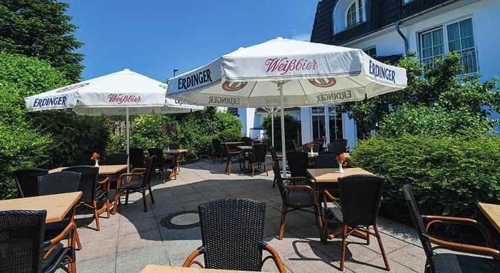 """Auf der Terrasse von """"Peter's Bistro"""" in Schenefeld kann man in gemütlicher Runde Essen und Trinken genießen"""
