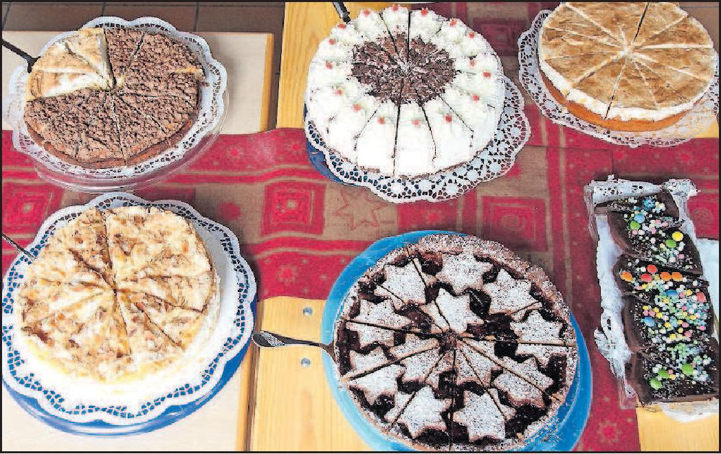 Mit feinen Kuchen: das Adventscafé am ersten Advent im katholischen Pfarrzentrum Waldsee. FOTO: KRAUS