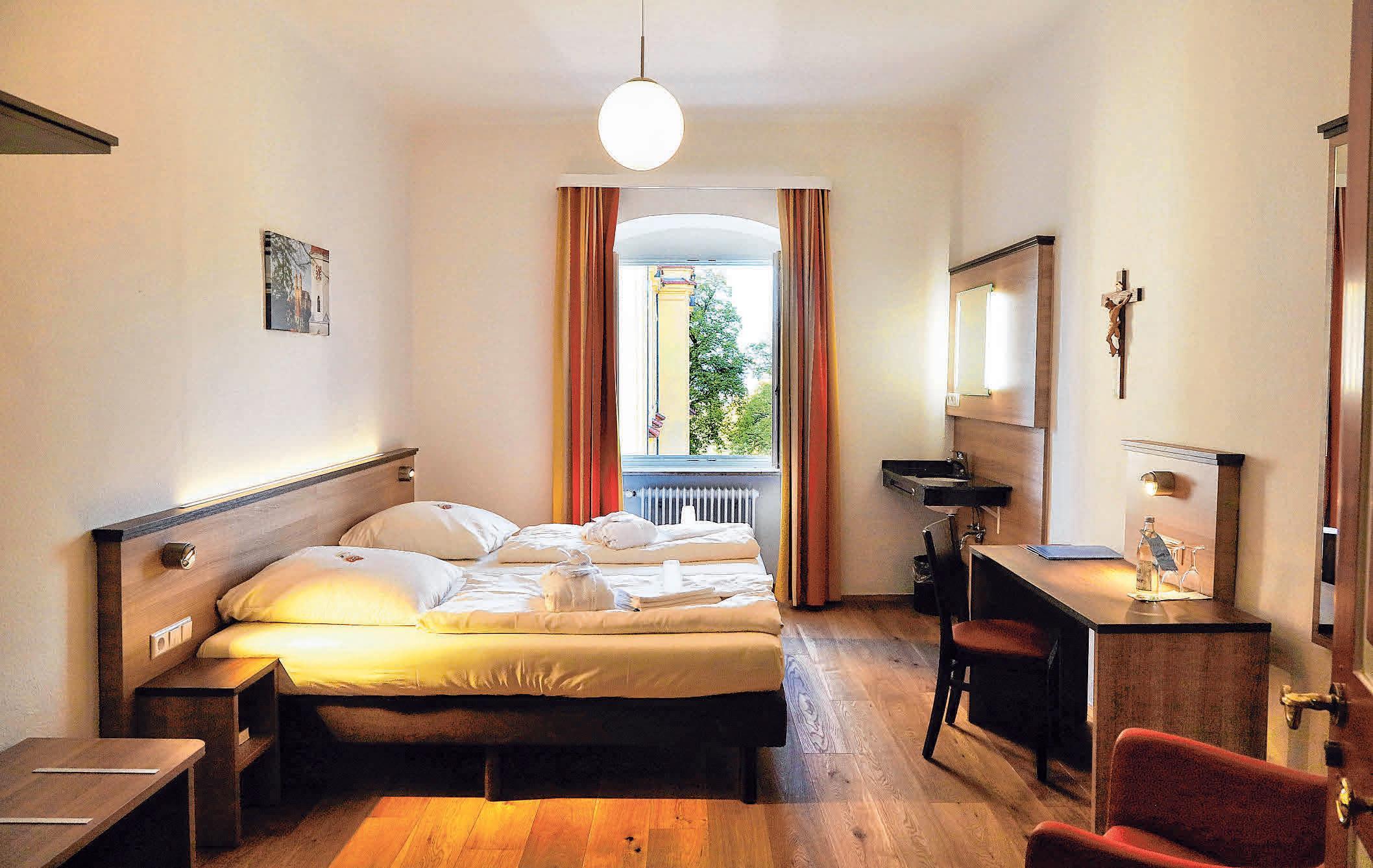 Das Tagungshaus Schönenberg bietet auch Zimmer mit Doppelbett, die einen Blick auf die barocke Schönenbergkirche freigeben. FOTOS: AFI/PHOSITIV