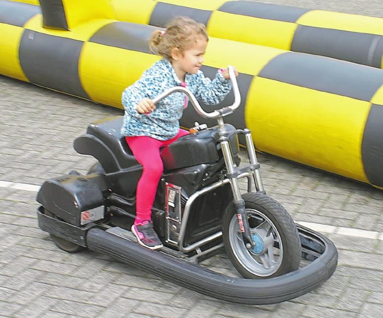 Auf der extra für die Auto-Ausstellung aufgebauten Kartbahn können auch Kids richtig Gummi geben. Foto: Peter Schniederjürgen