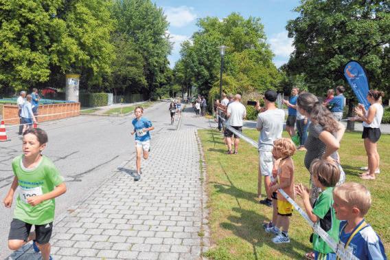 Alle Läufer - ob groß oder klein - werden vom Publikum mit viel Applaus angefeuert. FOTOS: SZ-ARCHIV