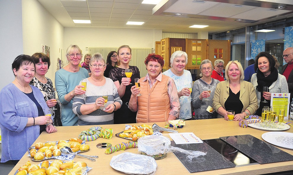 Anstoßen auf mehr als 20 Jahre Mütterzentrum. Beim Neujahrsempfang in Westhagen freuten sich die Frauen darüber, dass die Angebote der Einrichtung so gut angenommen werden.