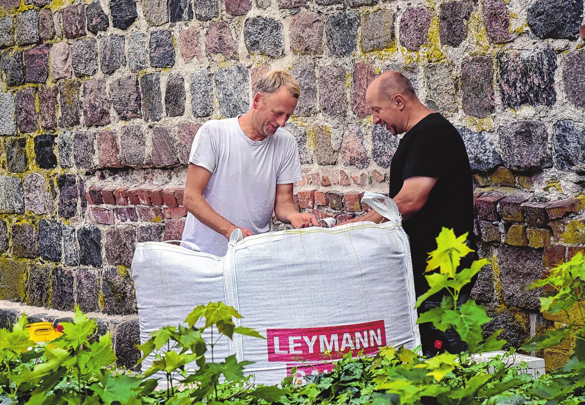 Jedes Detail soll stimmen: Christian Franz (l). und Gerd Kolschewsi überprüfen in den Big Packs die Körnung des Kieses.