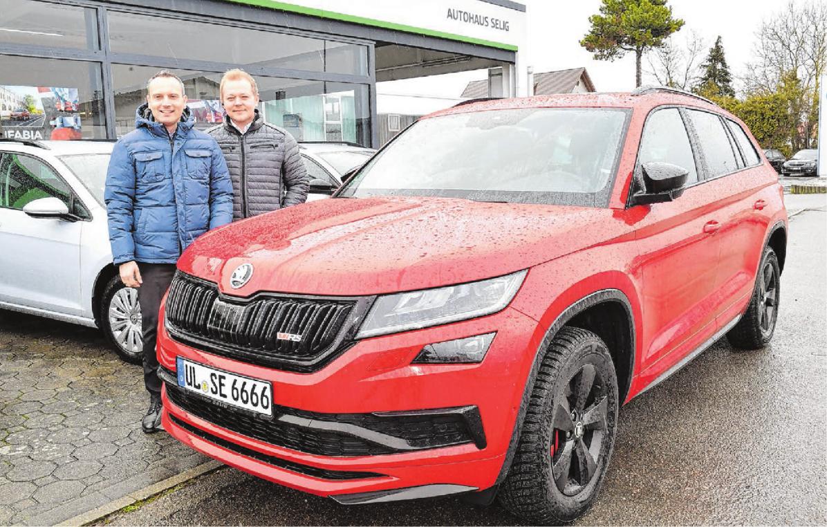 Die Verkaufsberater Dimitrios Alexandrou und Sergej Schwab mit dem neuen Skoda Kodiaq RS, der Fahrspaß pur bietet.Fotos: Jürgen Emmenlauer