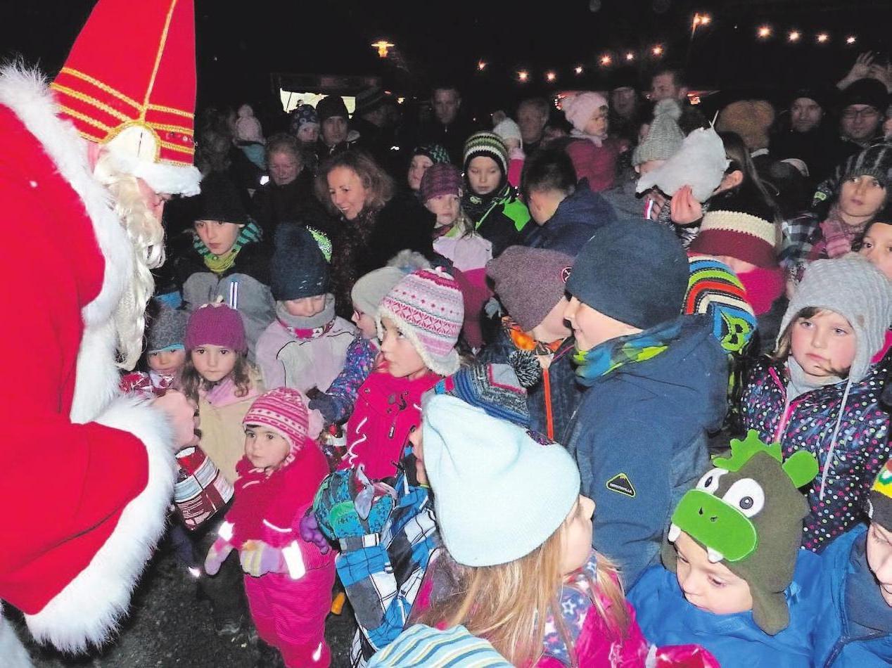 Nach Einbruch der Dunkelheit fiebern die kleinen Weihnachtsmarktbesucher darauf hin, die Glocke des Nikolaus zu hören.