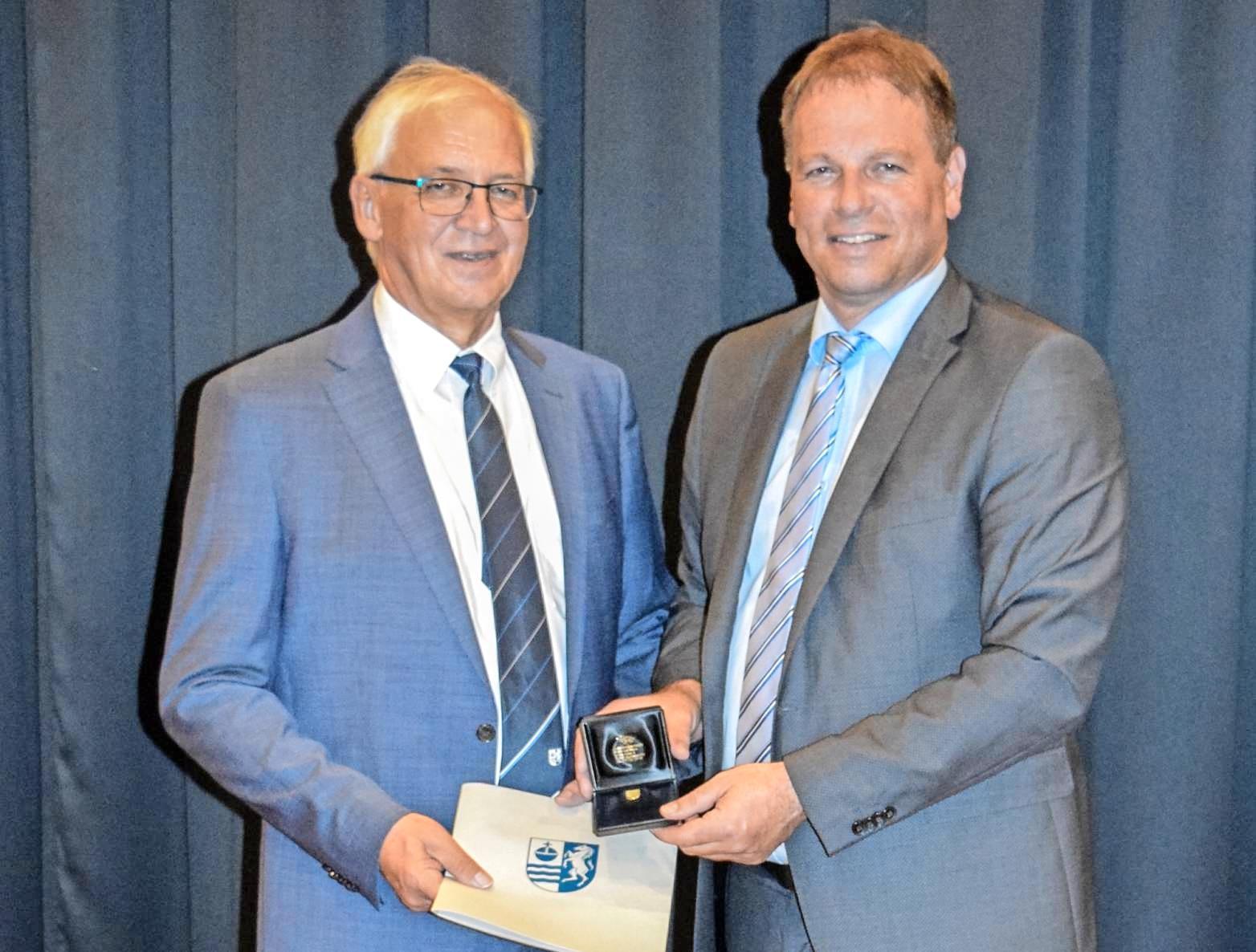 Der Geehrte Günter Friederich (links) mit Bürgermeister Timo Frey. Foto: privat
